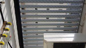 רשת נגד יונים במרפסת שירות